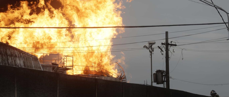Incêndio já consome há sete horas fábrica da Nissin em SP