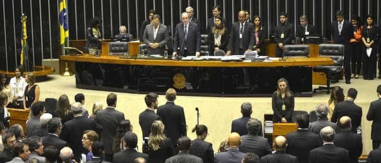 Cunha abre plenária com votação de MP e oposição anuncia obstrução