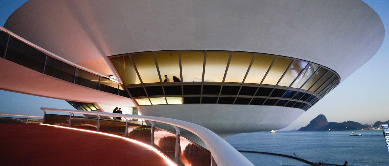 Resultado de imagem para Exposição em Niterói tem obras que interagem com a arquitetura de Niemeyer