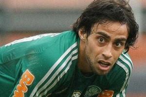 Mesmo com dores no joelho, Valdivia pede para jogar a final