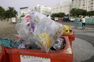 Greve de garis continua e lixo acumula