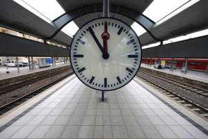 Atenção: À meia-noite adiante os seus relógios uma hora