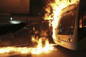 Ônibus ncendiados em ato contra mortes em baile funk