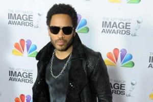 Calça de Lenny Kravitz rasga durante show e cantor aparece sem cueca