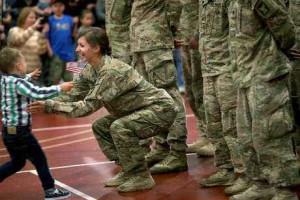 Soldado quebra protocolo de exército e abraça filho nos EUA