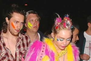 Miley Cyrus pilota festa de aniversário sexy