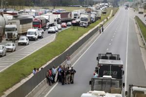 Caminhoneiros interditam sete rodovias federais