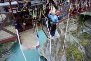 Vovó de 91 anos decide saltar de penhasco