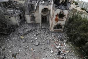 Bombardeios deixam mais de 100 mortos