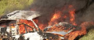 Moradores queimam carros em ato contra reintegração de posse