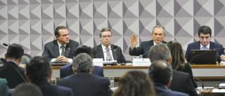 Comissão especial do impeachment ouve a defesa da presidente