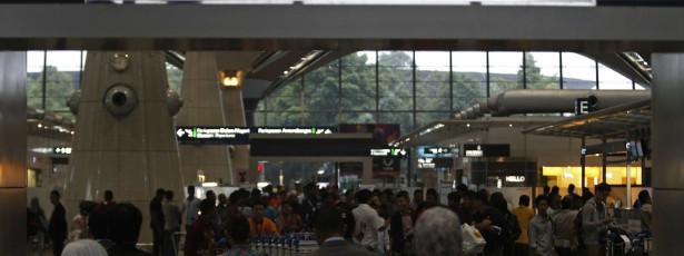 Busca do avião da Malásia é retomada em área diferente