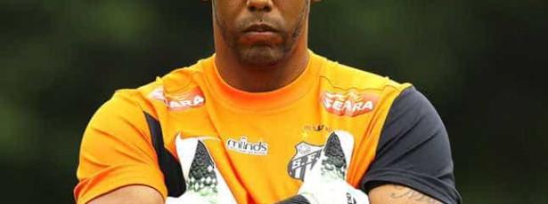 Polícia identifica dois torcedores acusados de insultar goleiro do Santos