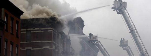 Explosão e incêndio atingem edifício em Nova York