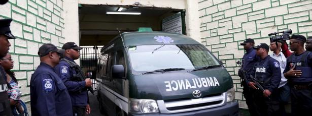 Ex-vice da Fifa deixa delegacia de ambulância