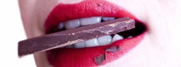 Saiba quais são os alimentos que mancham ou amarelam os dentes
