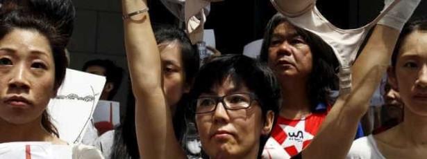 Protesto contra condenação por 'agredir' policial com os seios