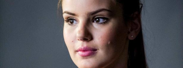 """Camila Queiroz relembra passado como modelo: """"Passei sede"""""""