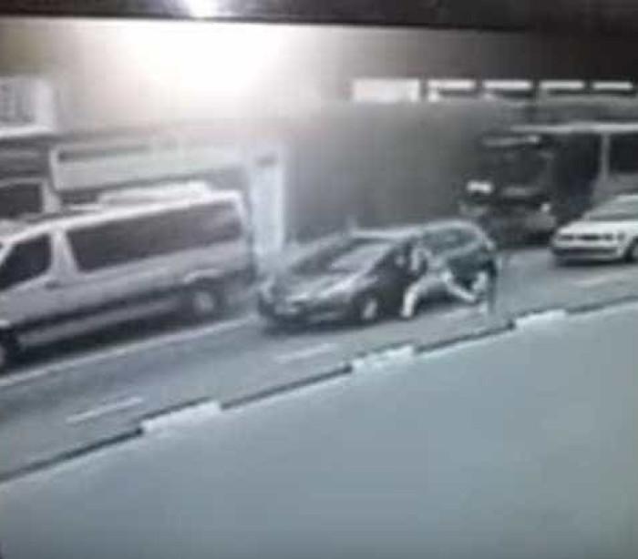 Vídeo mostra criminoso jogando mulher para fora de carro