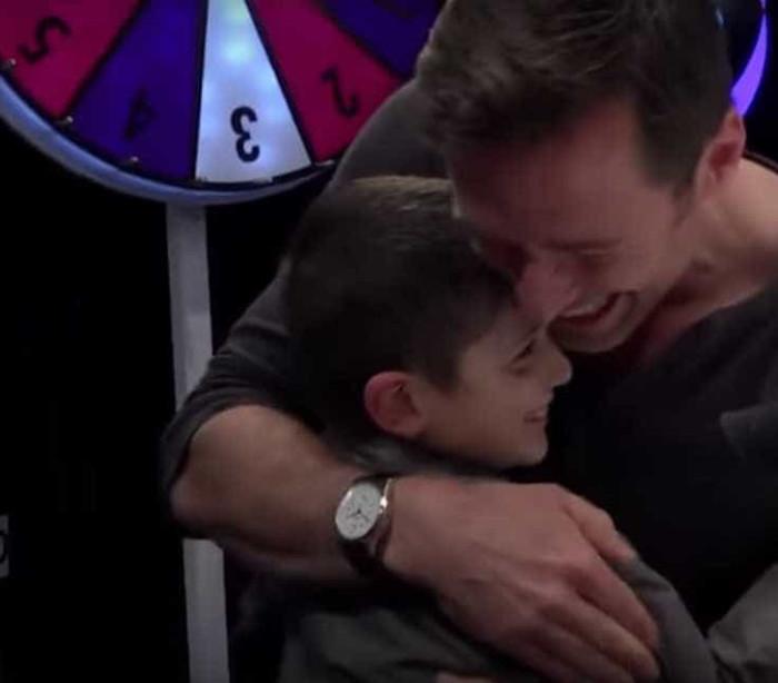 Hugh Jackman faz surpresa para fã de 9 anos com doença rara