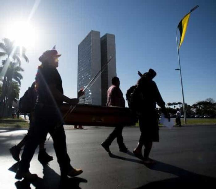 Índios protestam em Brasília contra assassinato de guarani-kaiowá