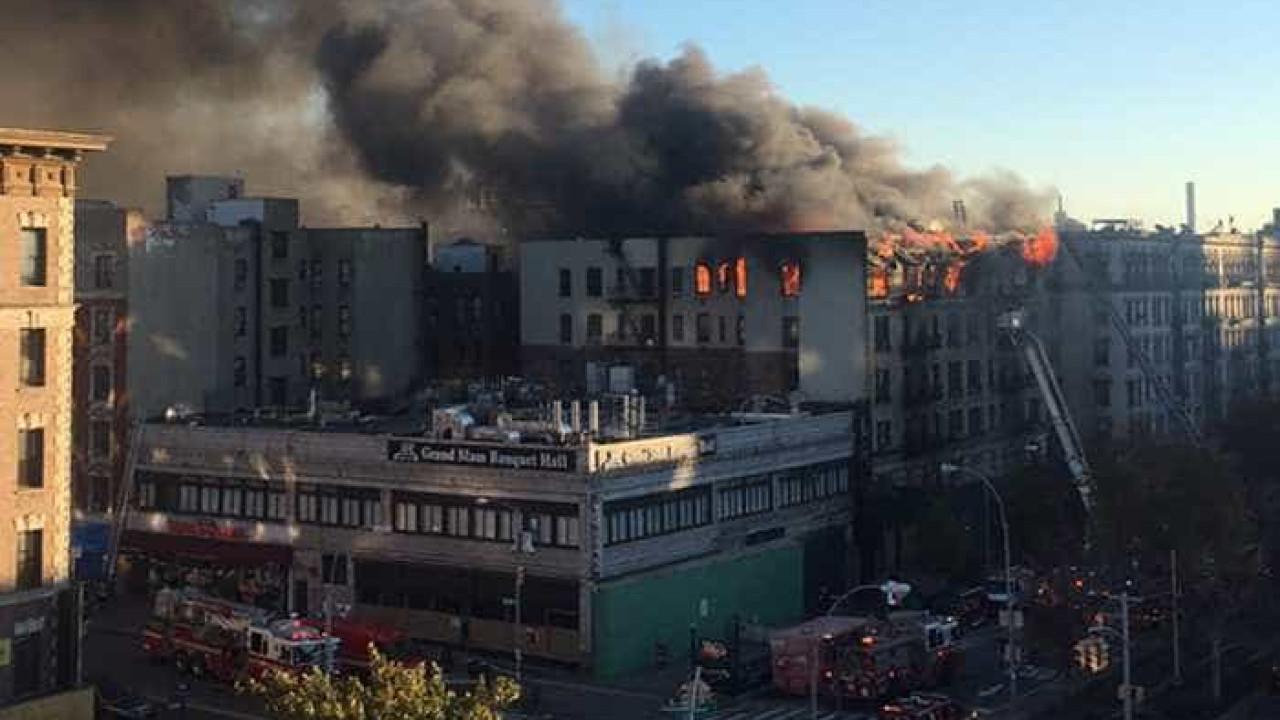 Prédio de 6 andares pega fogo em Nova Iorque