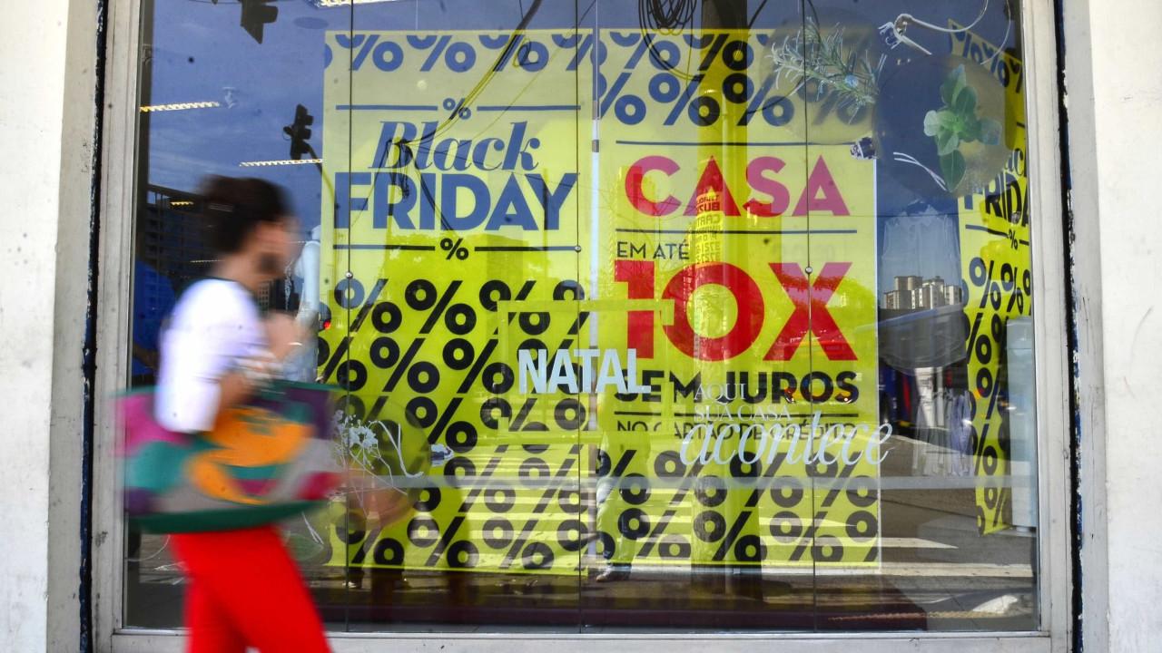 'Black Friday' do varejo atrai milhares a supermercados do RJ