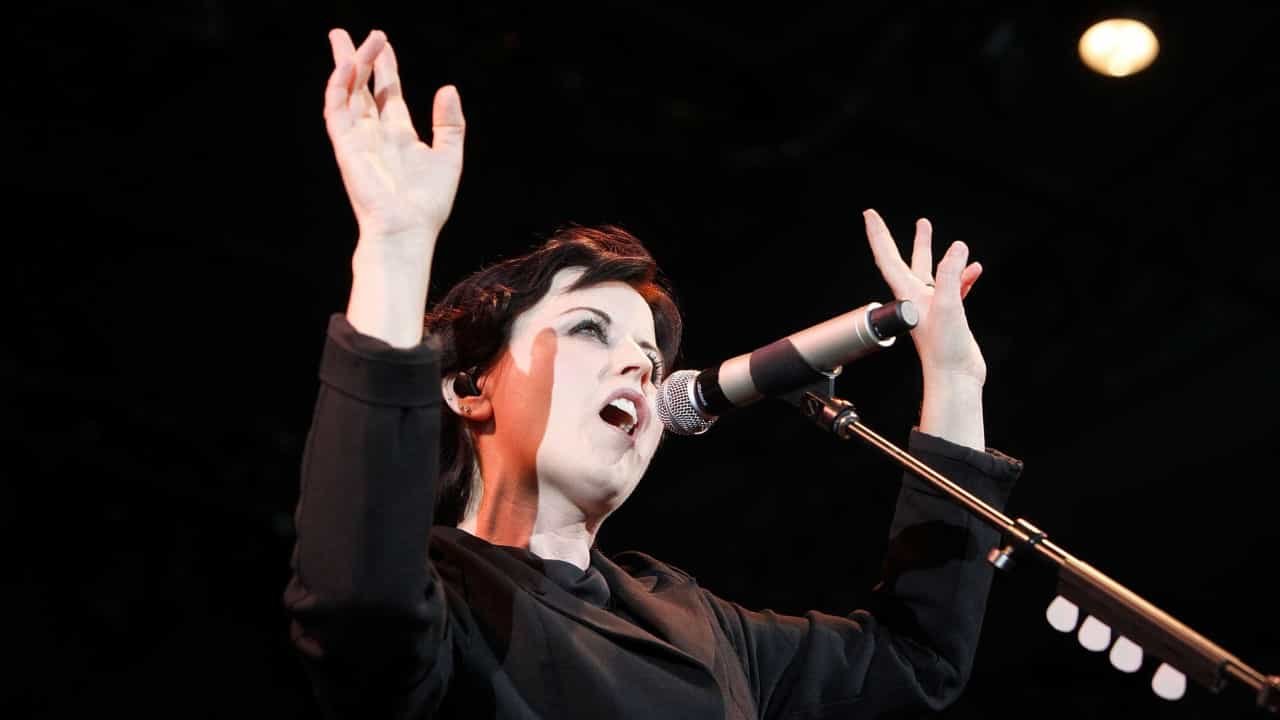 Corpo da cantora do Cranberries é enterrado na Irlanda