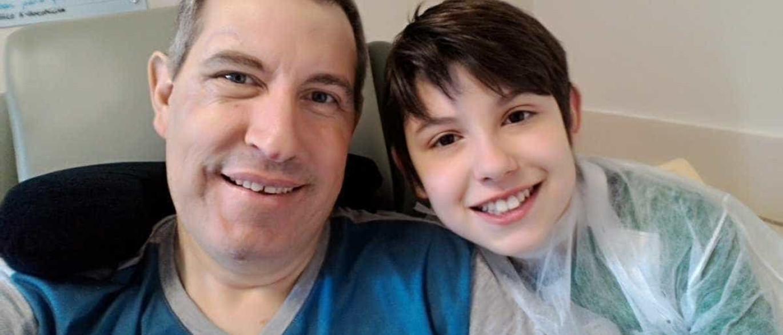 Jornalista sobrevivente posta foto com o filho: 'Iluminando meu sábado'