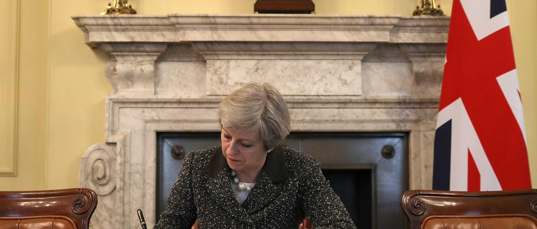 Primeira-ministra britânica assina  carta que dá início ao 'brexit'