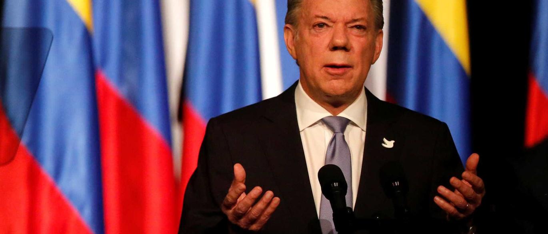 Santos anuncia desarmamento da Farc e comemora fim do grupo
