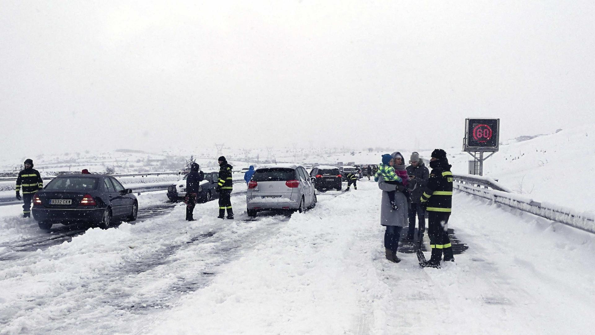 Centenas de pessoas bloqueadas na neve em Espanha
