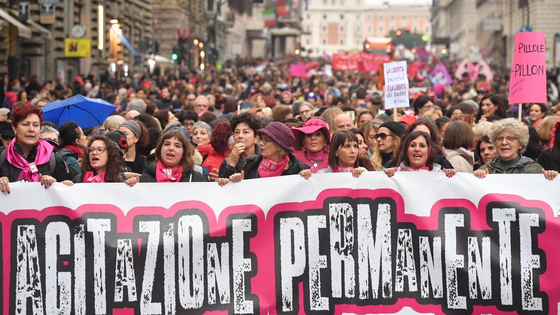 Cerca de 150 mil protestam em Roma contra a violência de gênero
