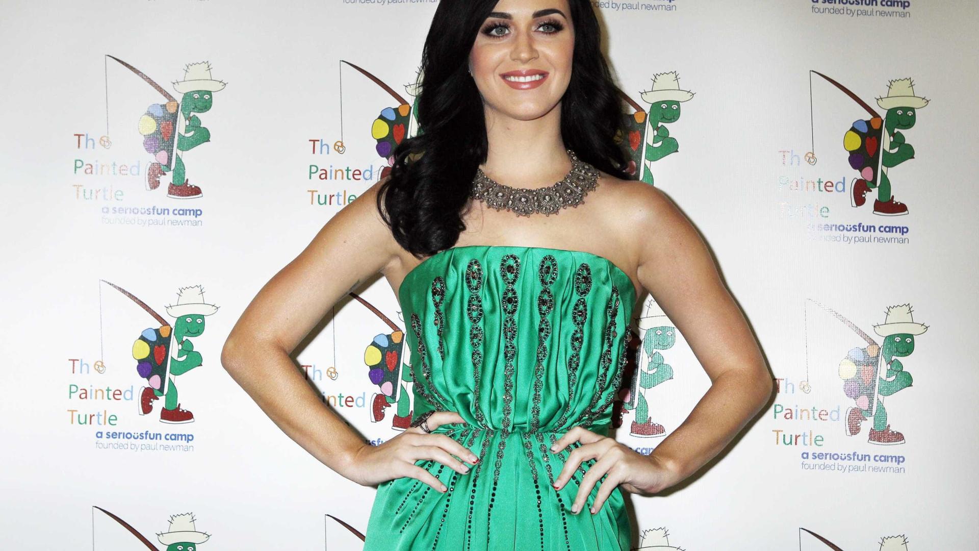 Ex-assistente processa Katy Perry por ter perdido o dedo do pé