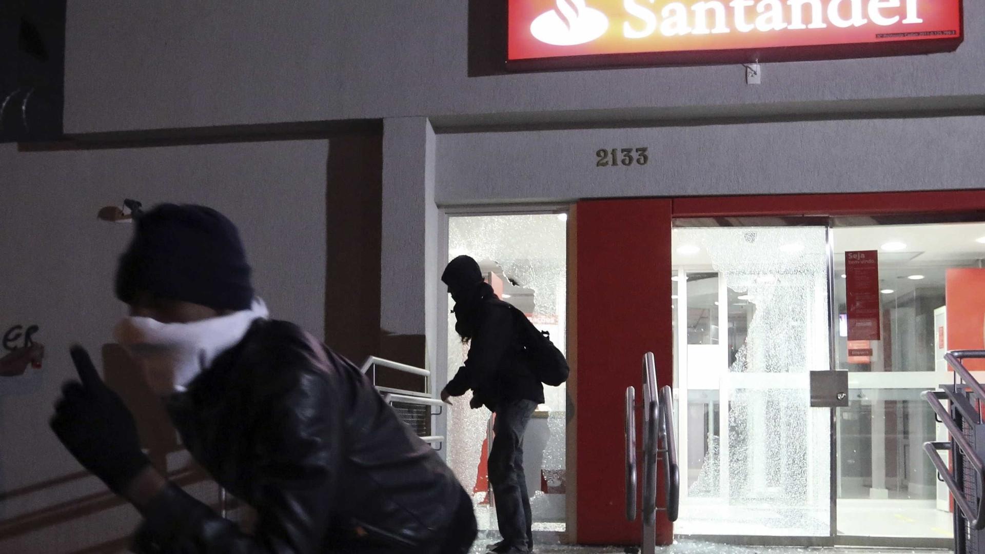 naom 5215423e36506 - RJ: Bando explode banco e debocha de vizinho: 'acordou com o barulho?'