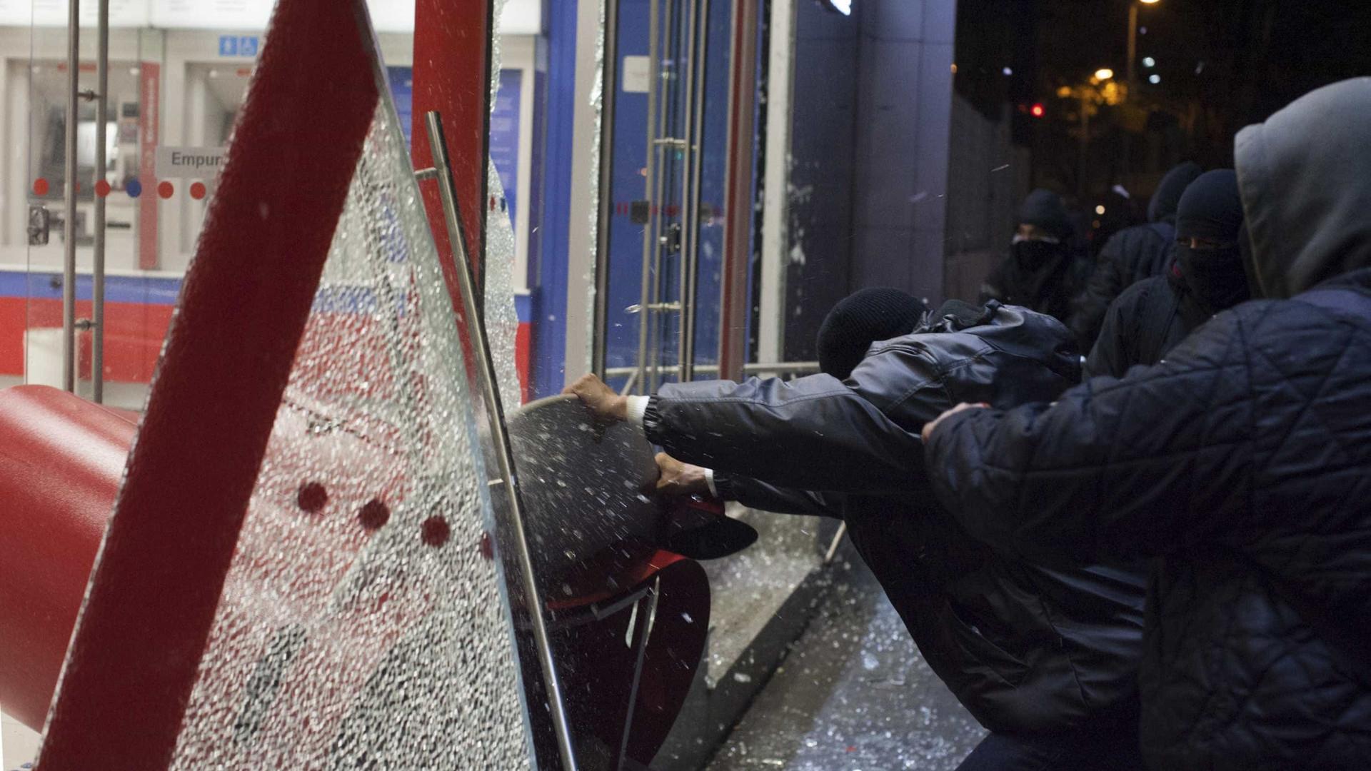 Manifestante 'black bloc' relata experiência em presídios cariocas