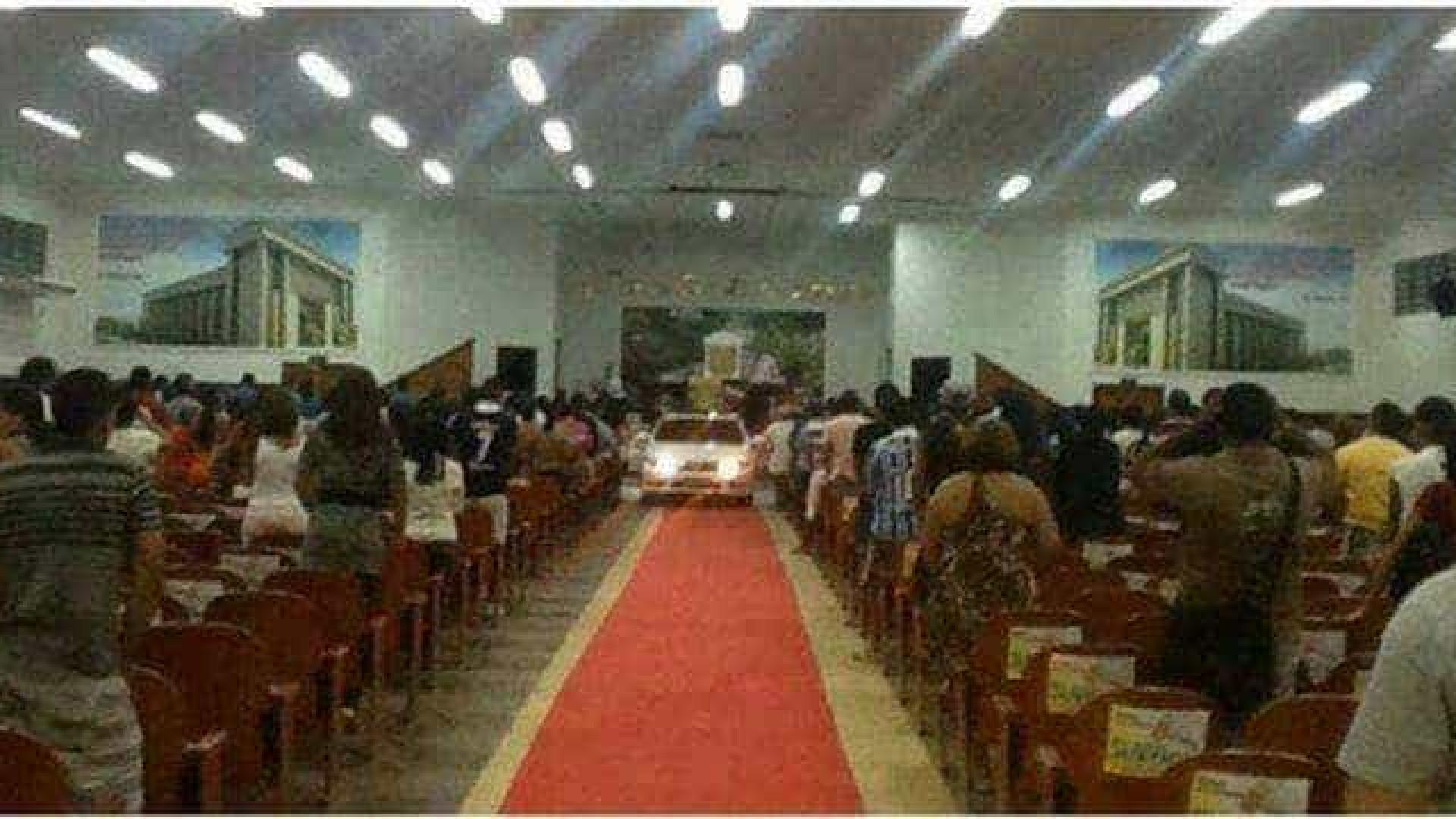 Pastor entra com carro dentro da igreja para cumprir ritual