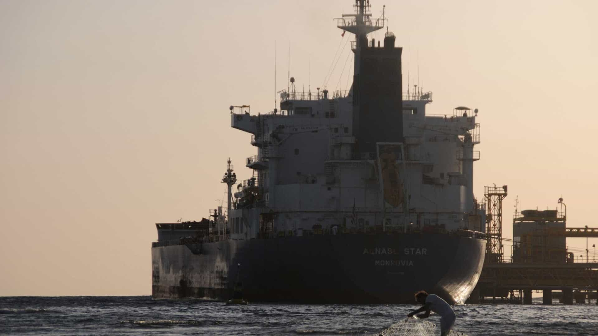 Petroleiro iraniano afunda no Mar da China