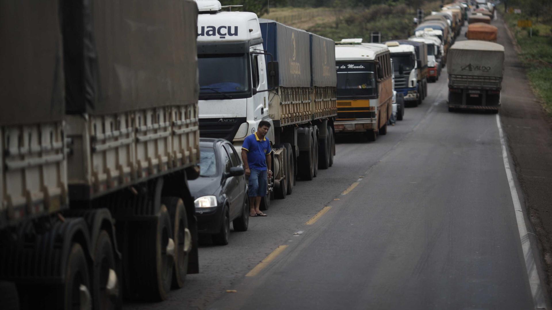 Incêndio em caminhão interdita rodovia Régis Bittencourt