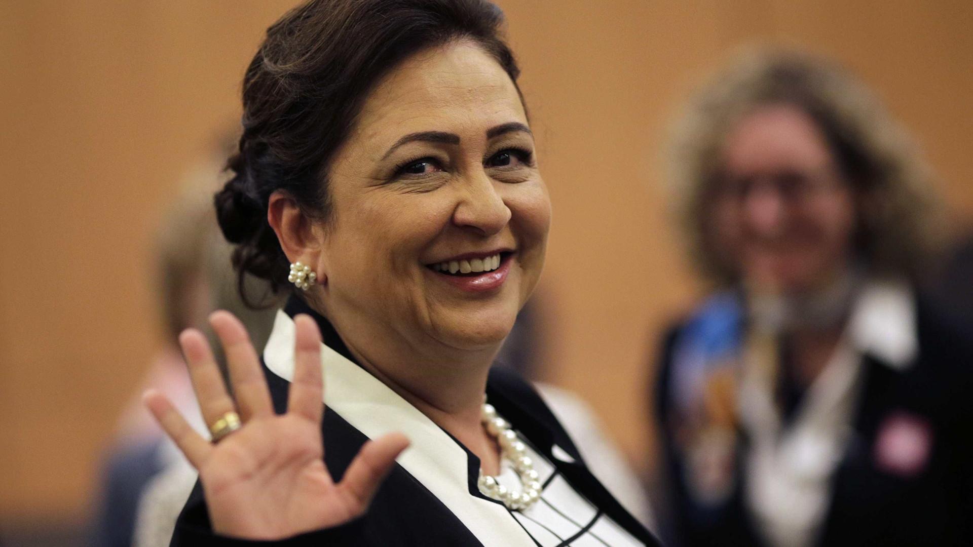 Senadora Kátia Abreu faz compras  enquanto Senado discute PEC 55
