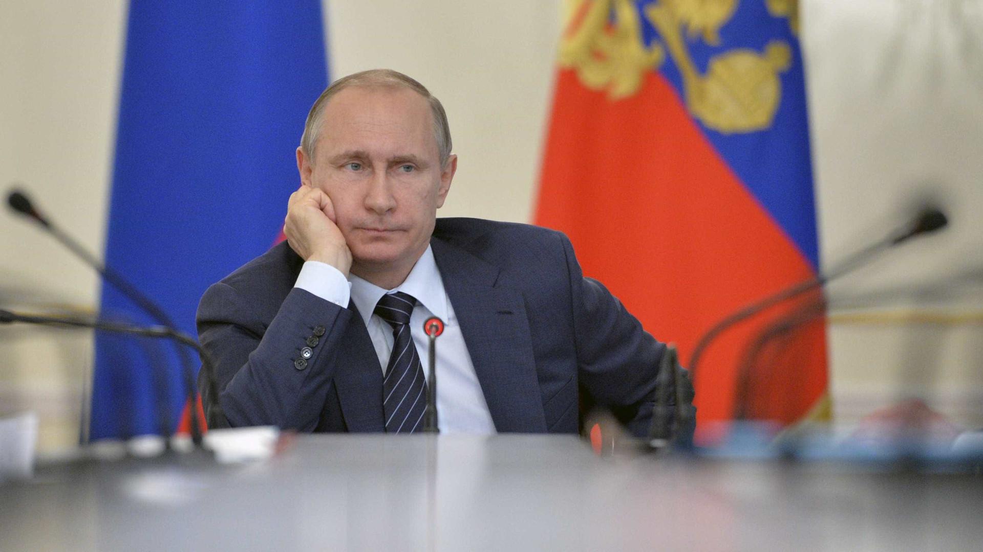 Mais de 100 diplomatas russos são expulsos ao redor do mundo