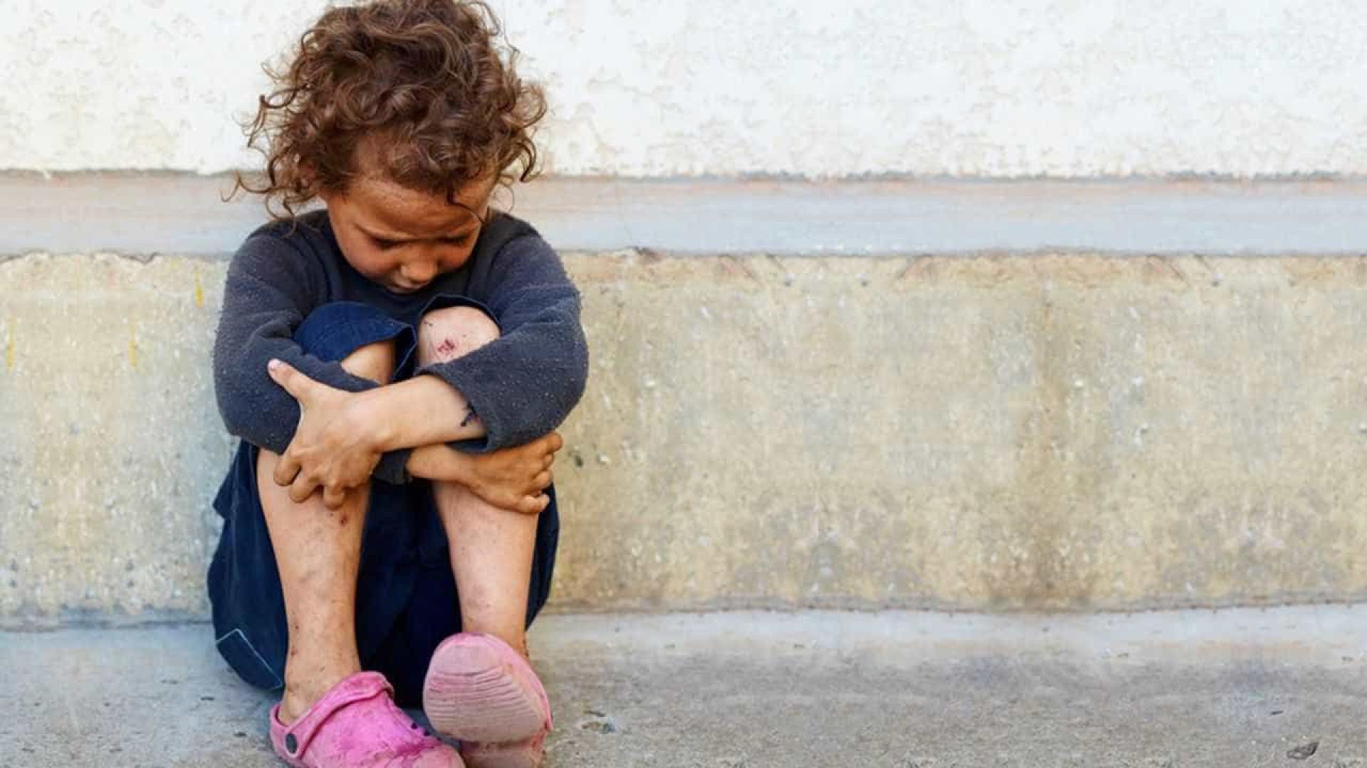 Passando fome, mulher 'anuncia' doação das filhas nas redes sociais