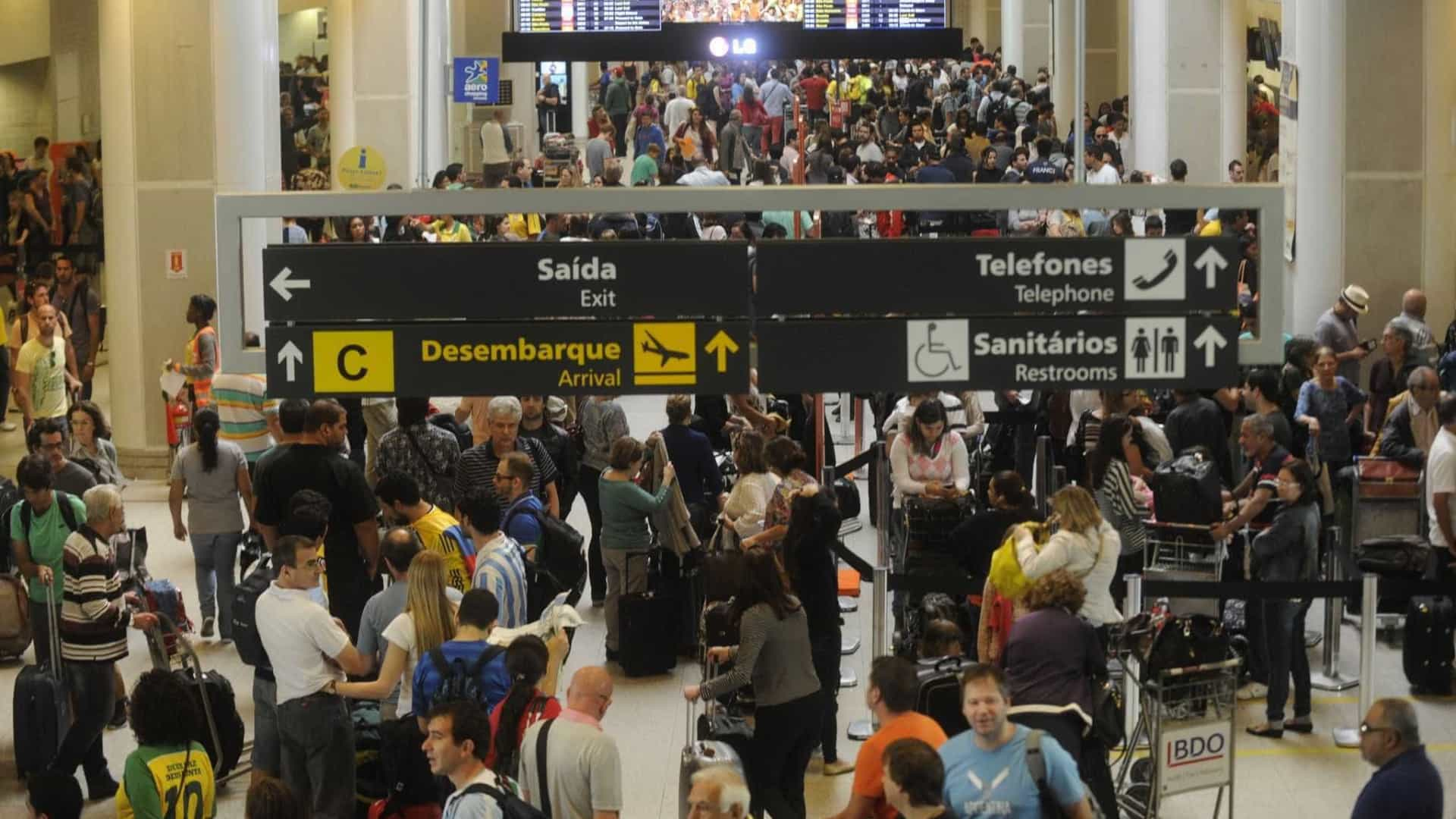Fortes chuvas cancelam voos e causam transtornos ao Rio