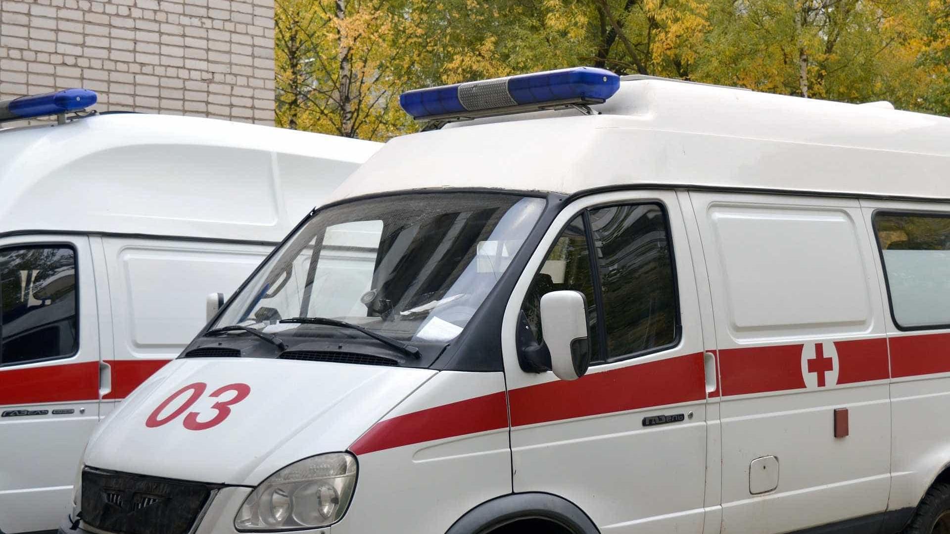 Piloto bate carro em árvore e jovem morre em condomínio de luxo em SP