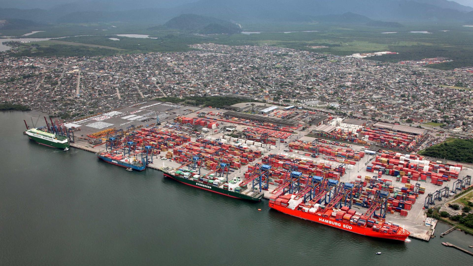 Navio desgovernado quase invade avenida no Porto de Santos