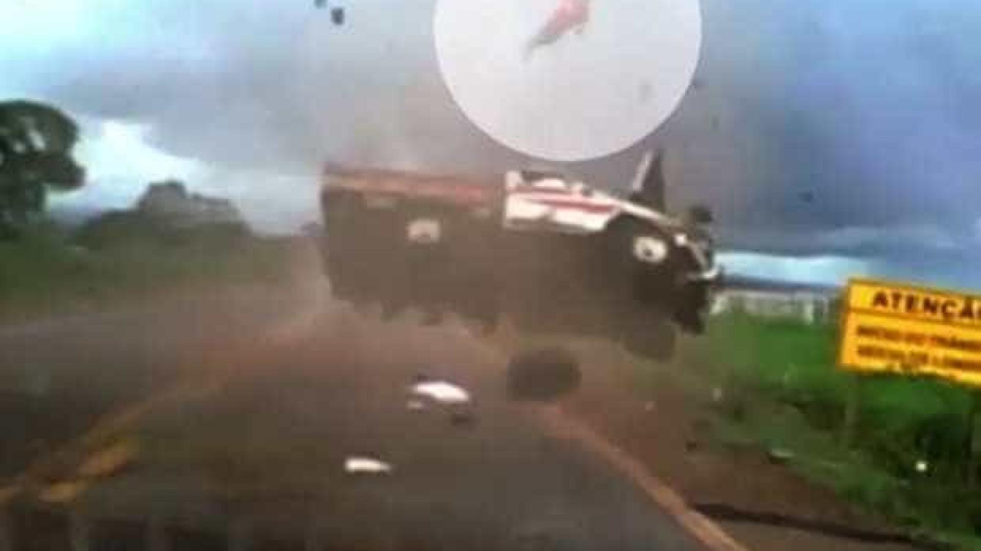 Homem é arremessado de caminhonete durante capotamento; assista