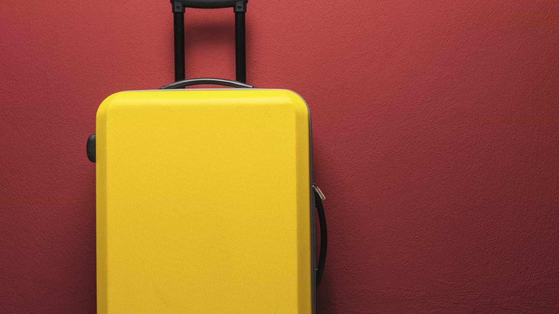 Veja quais companhias aéreas passaram a cobrar para despachar malas