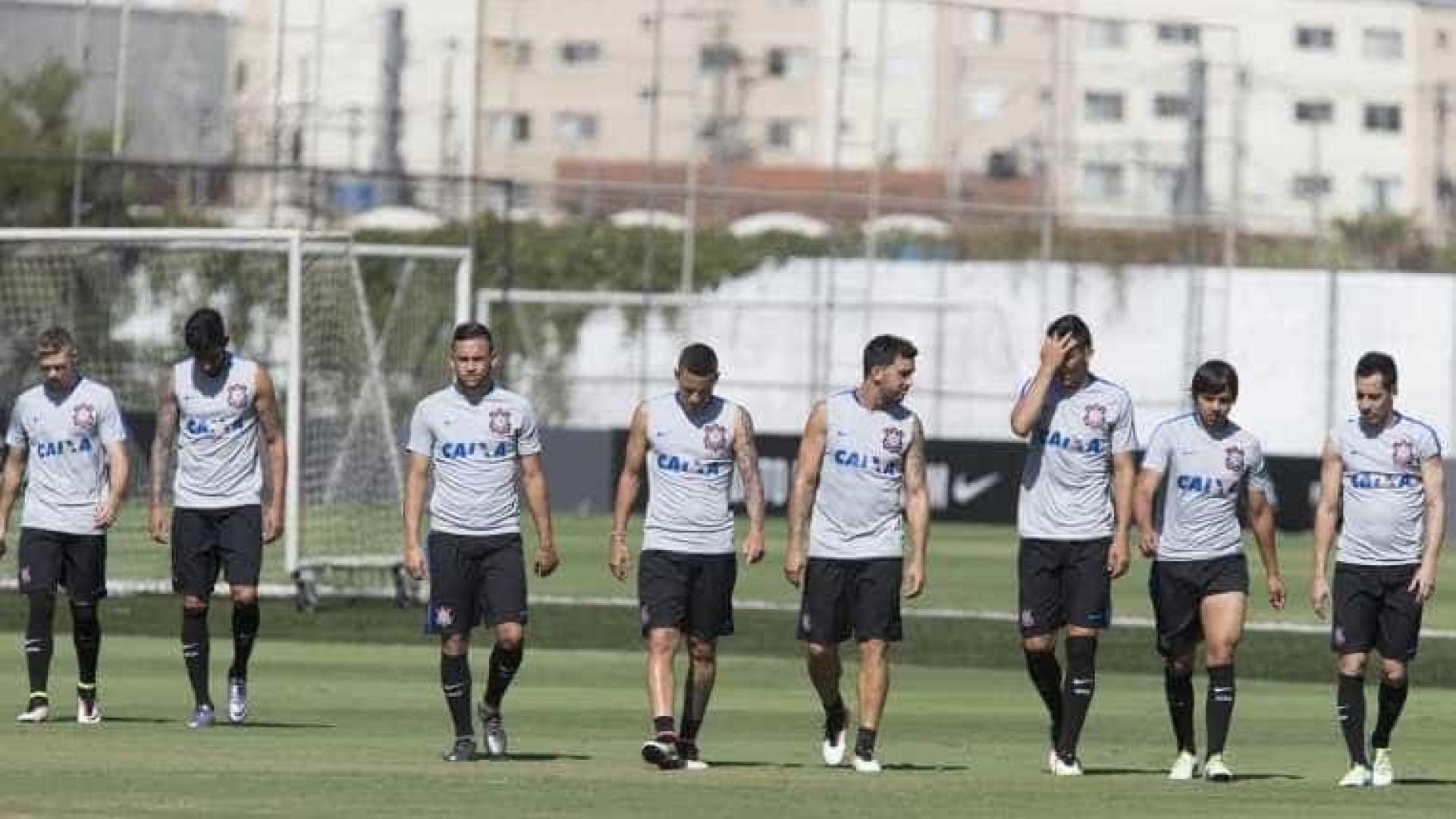 Atacante do Corinthians opera hérnia lombar e desfalca time por 2 meses
