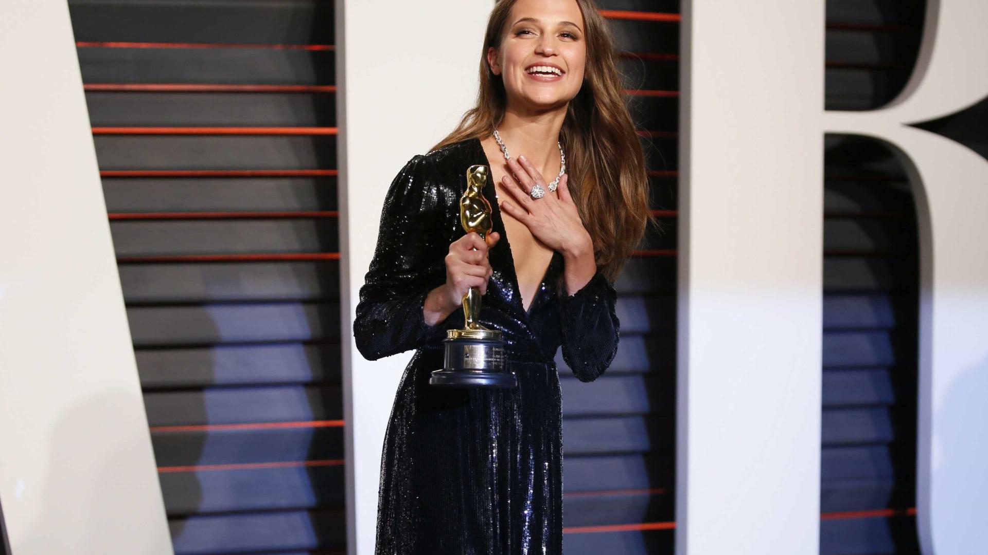 Alicia Vikander entrega o que fez com estatueta do Oscar