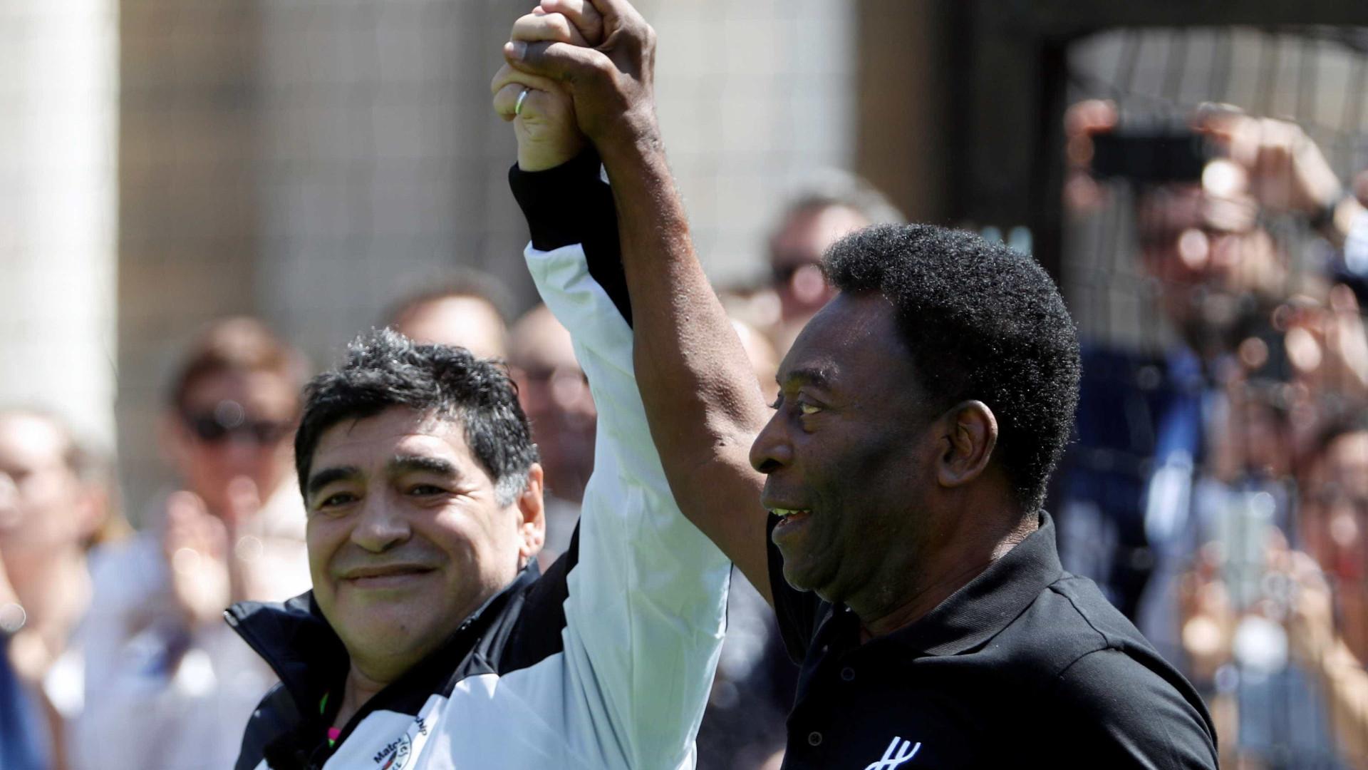 Agora amigo da Fifa, Maradona reencontra Pelé na Rússia